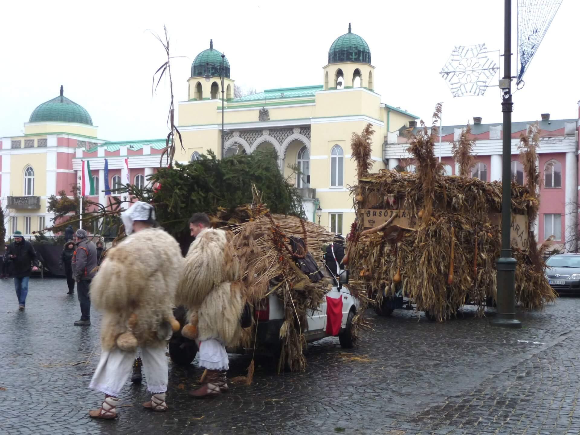 Vorbereitungen vor dem Rathaus Mohács