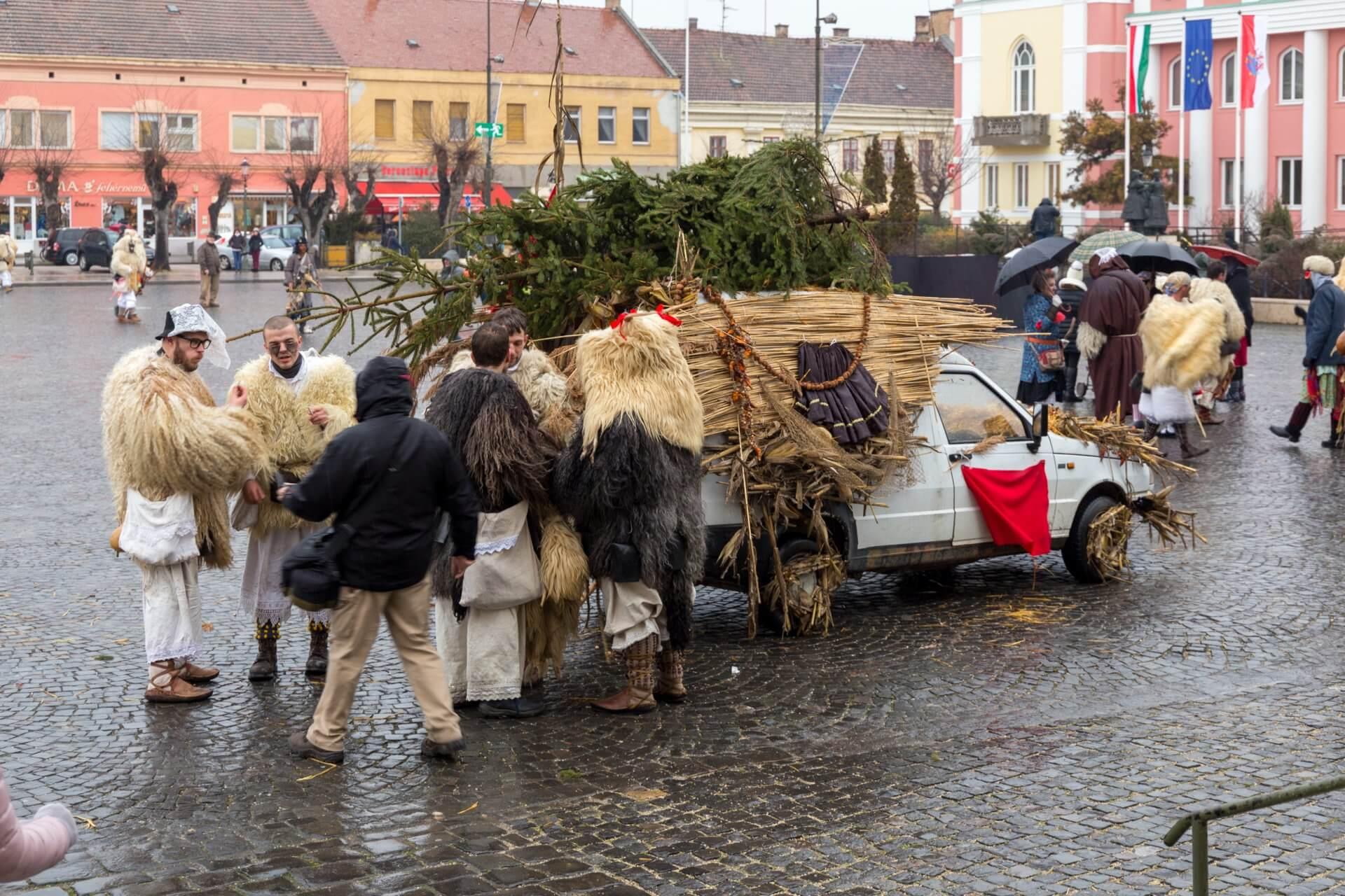 Erste Vorbereitungen zum Busójárás in Mohács