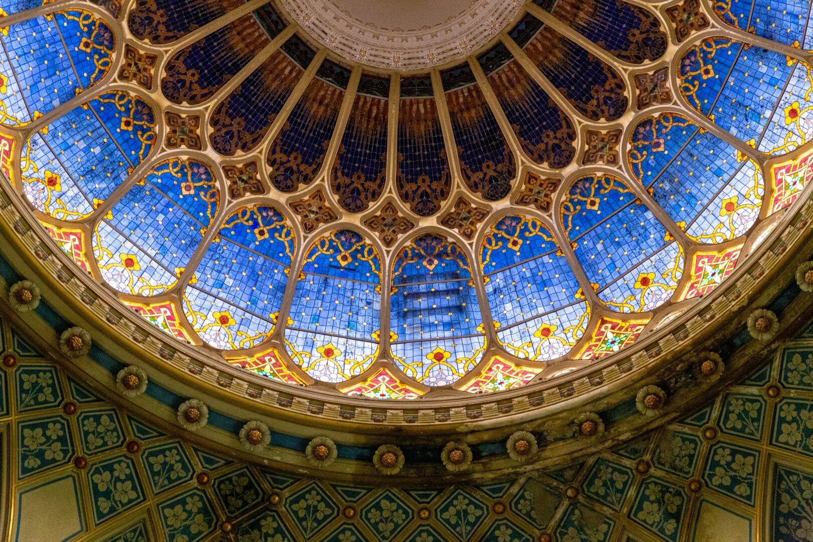 Detail der Glasfenster von Miksa Róth, Kuppel der Synagoge Szeged