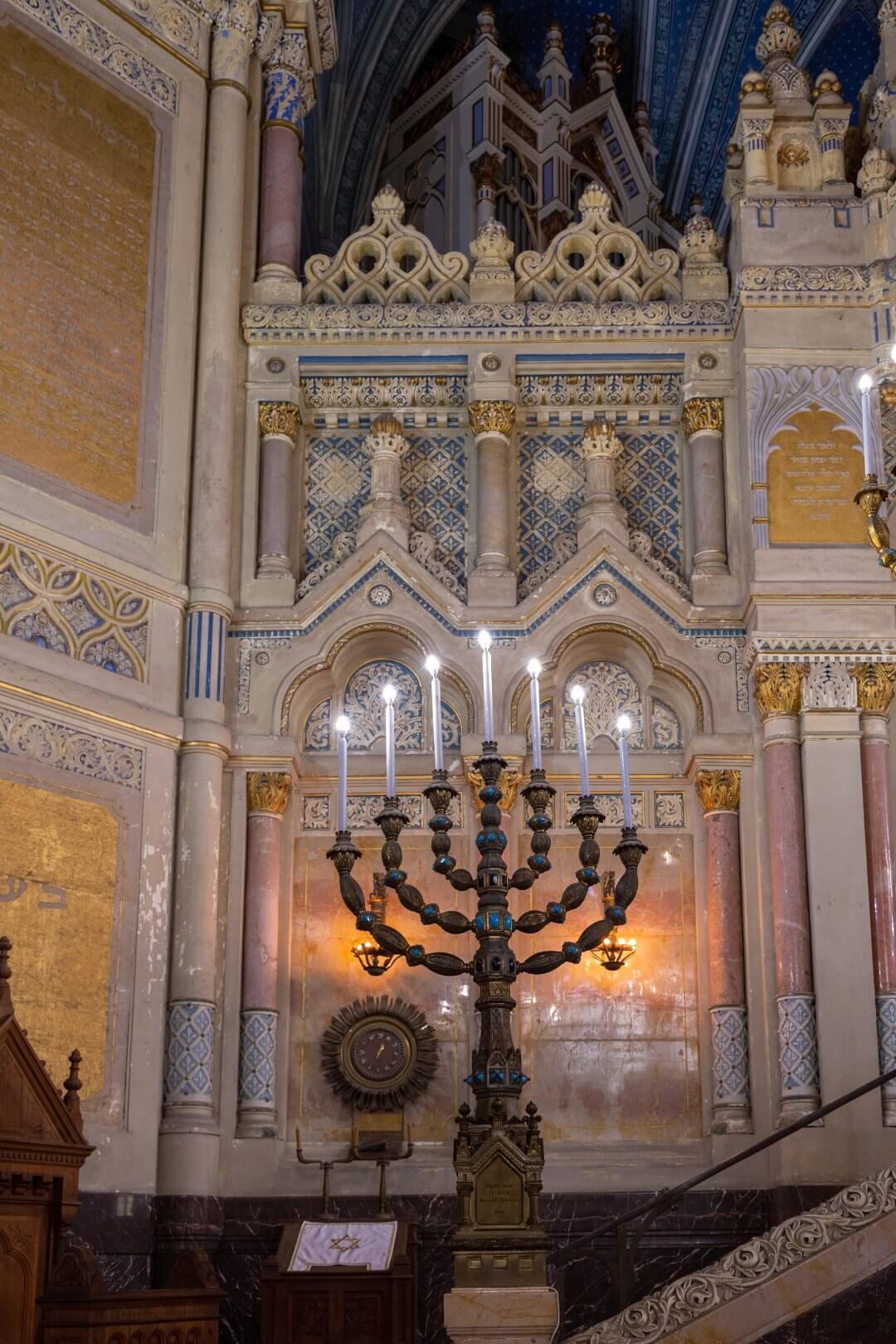 Menorenleuchter in der neuen Synagoge zu Szeged