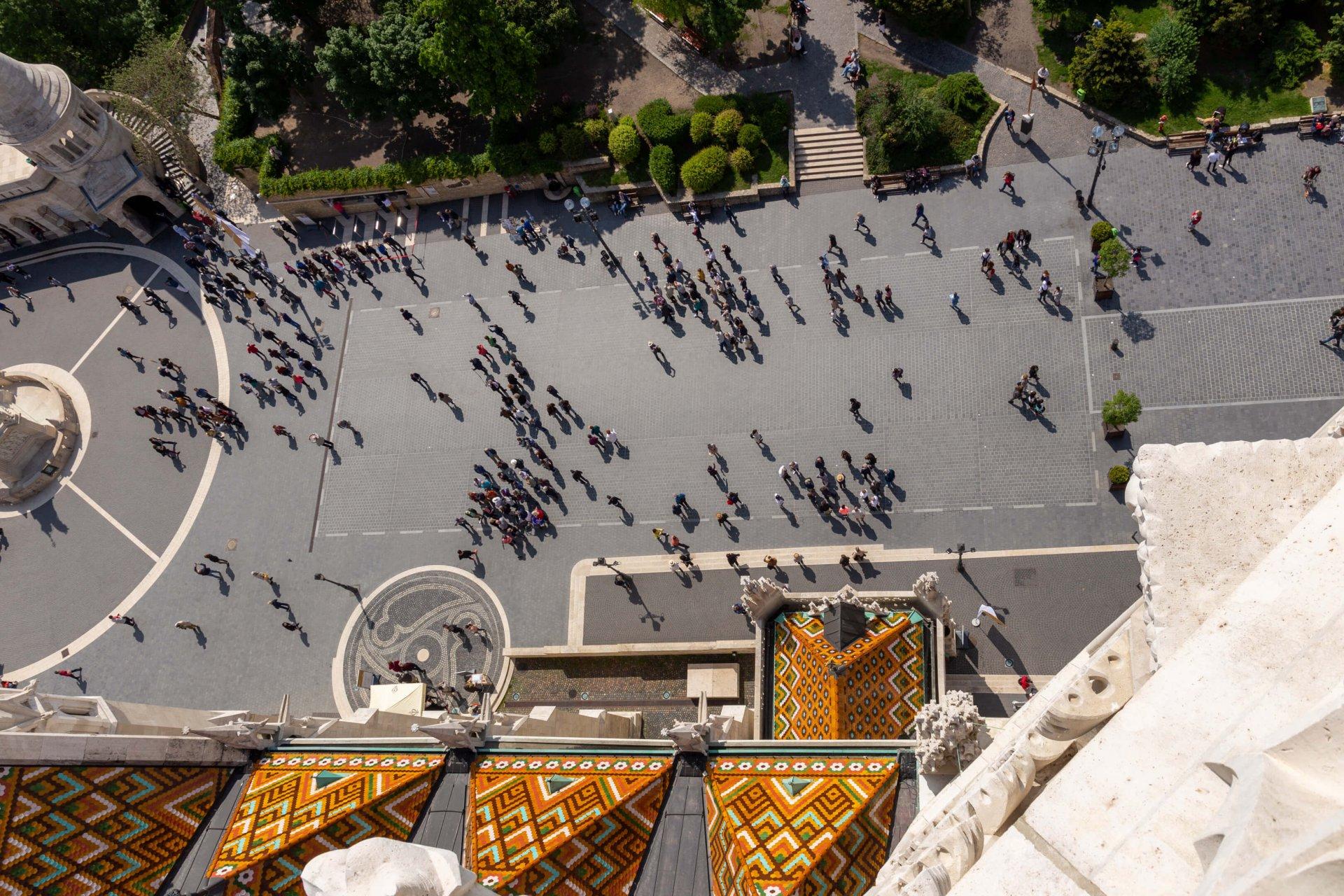 Blick herab auf den Szentharomság tér