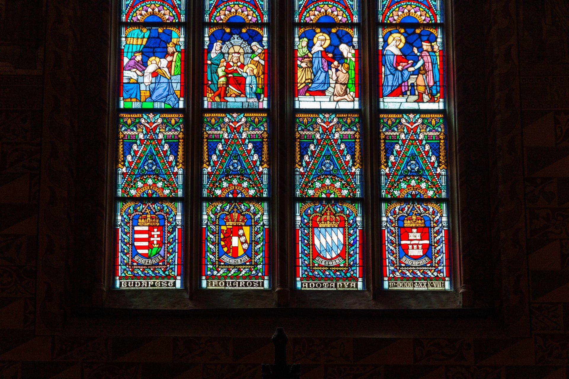 Detail vom Elisabeth-Fenster in der Matthiaskirche Budapest