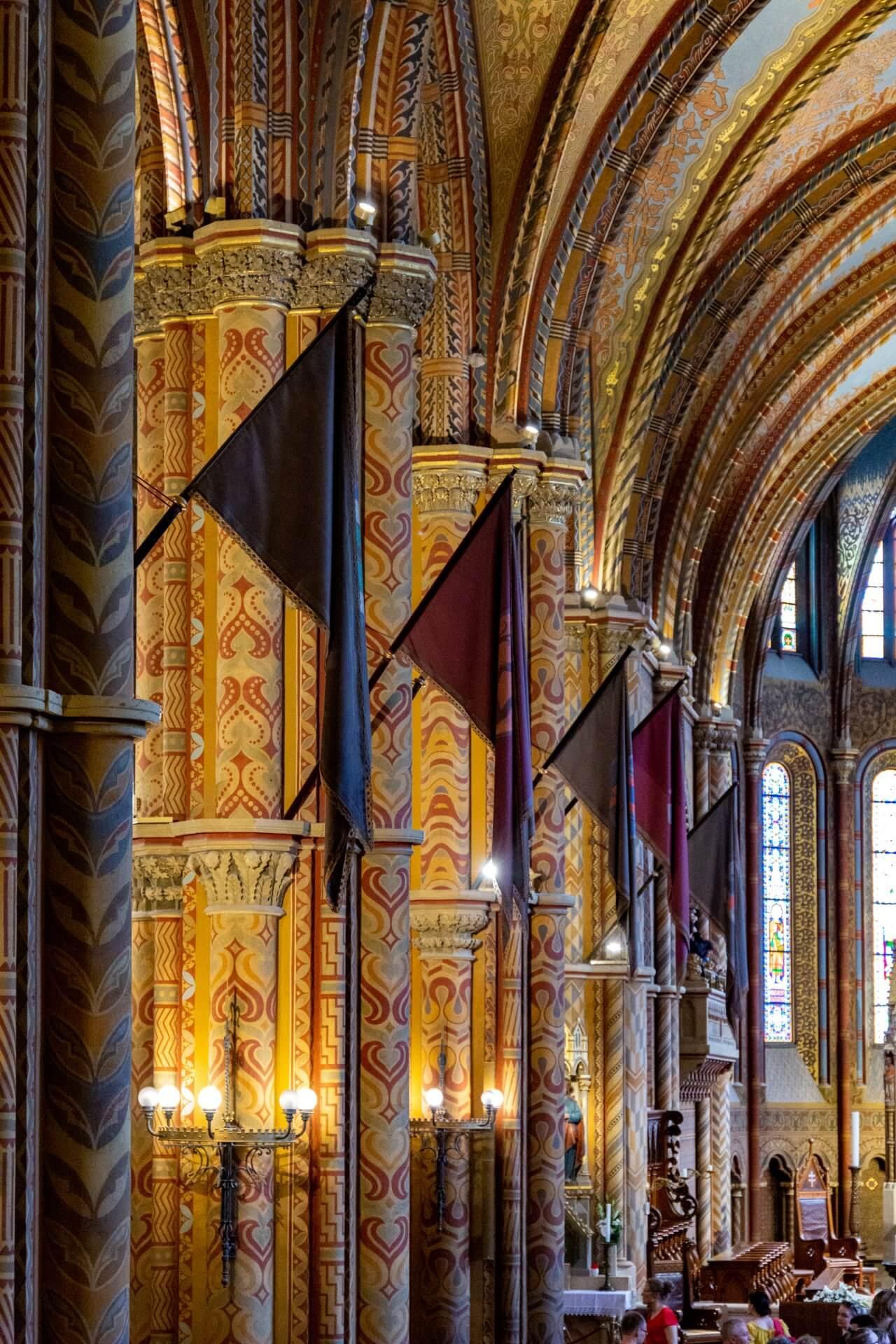 Fahnen in der Matthiaskirche