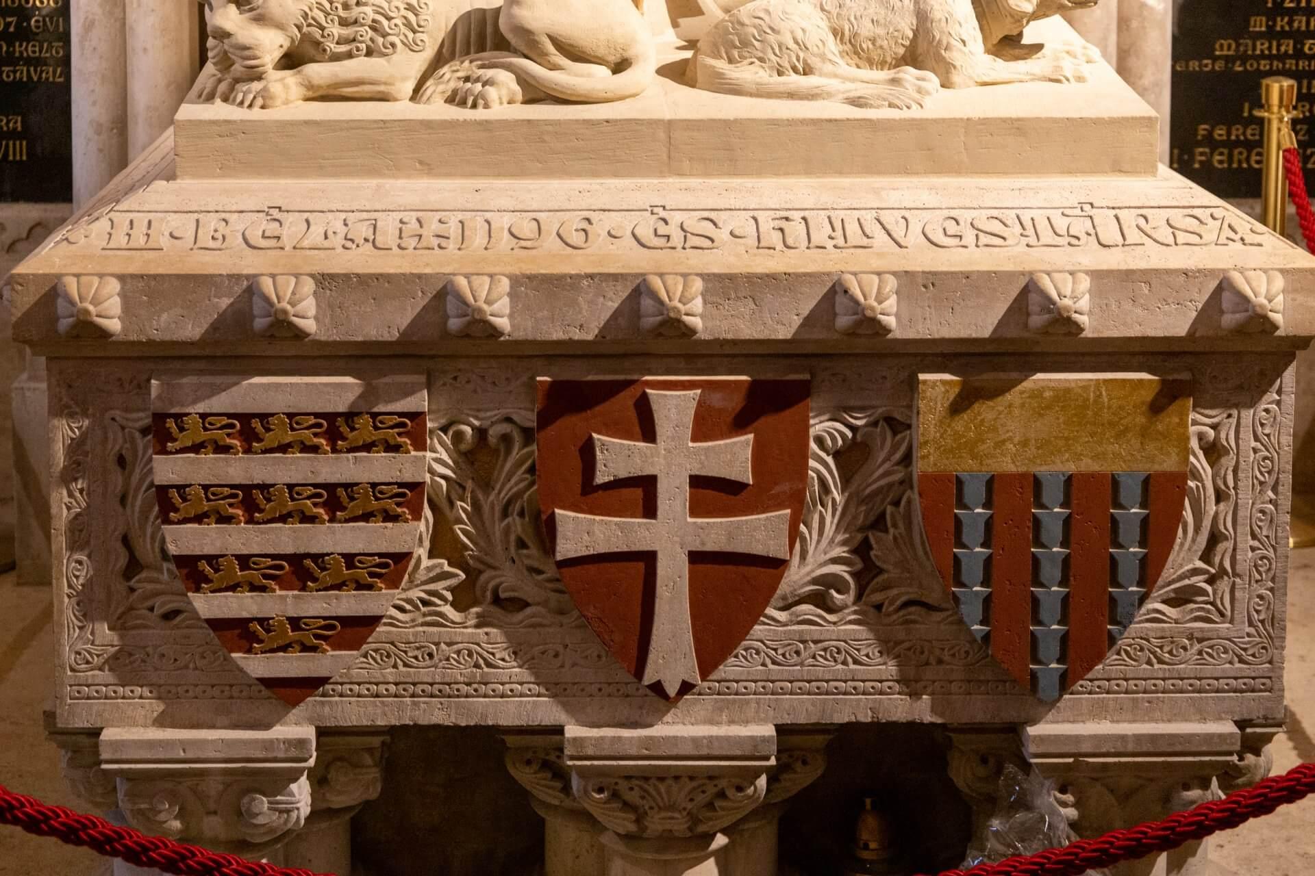 Wappen am Sarkophag der Béla-Kapelle