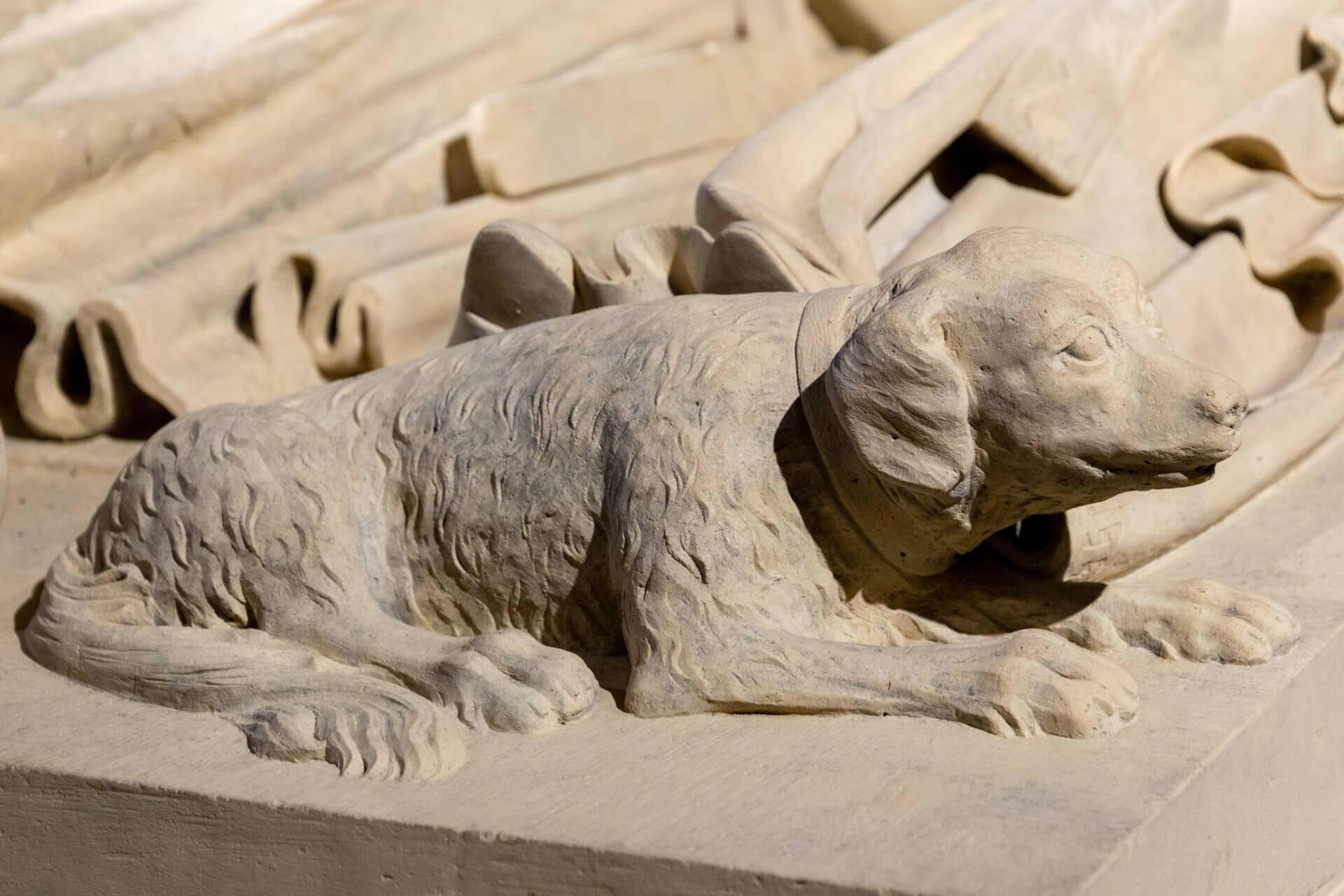 Hund auf dem Sarkophag der Béla-Kapelle