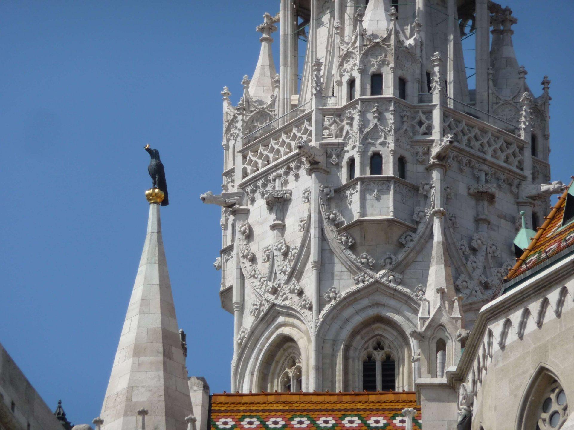 Der Rabe von Corvinus auf der Matthiaskirche Budapest