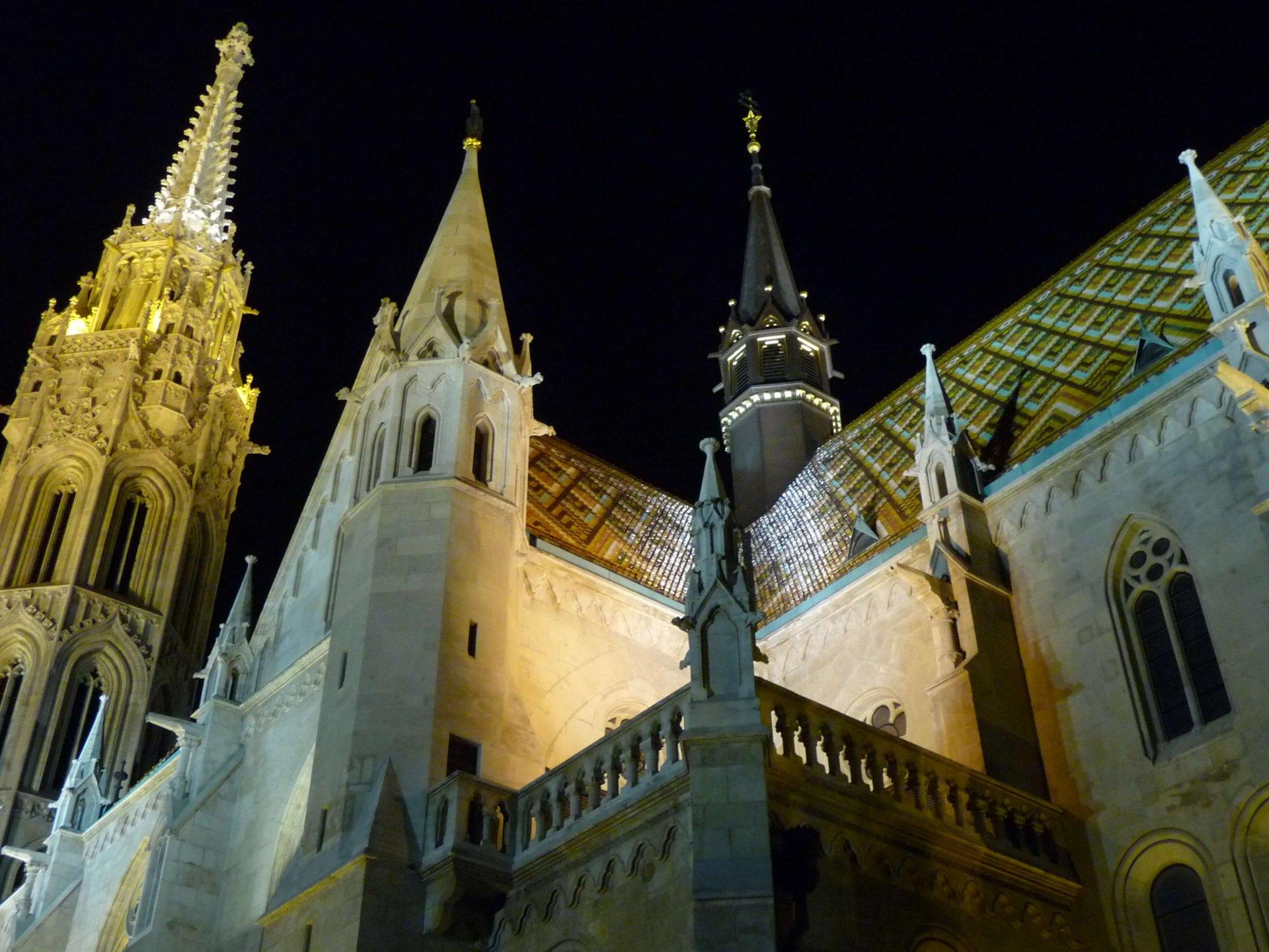 Dach der Matthiaskirche nachts