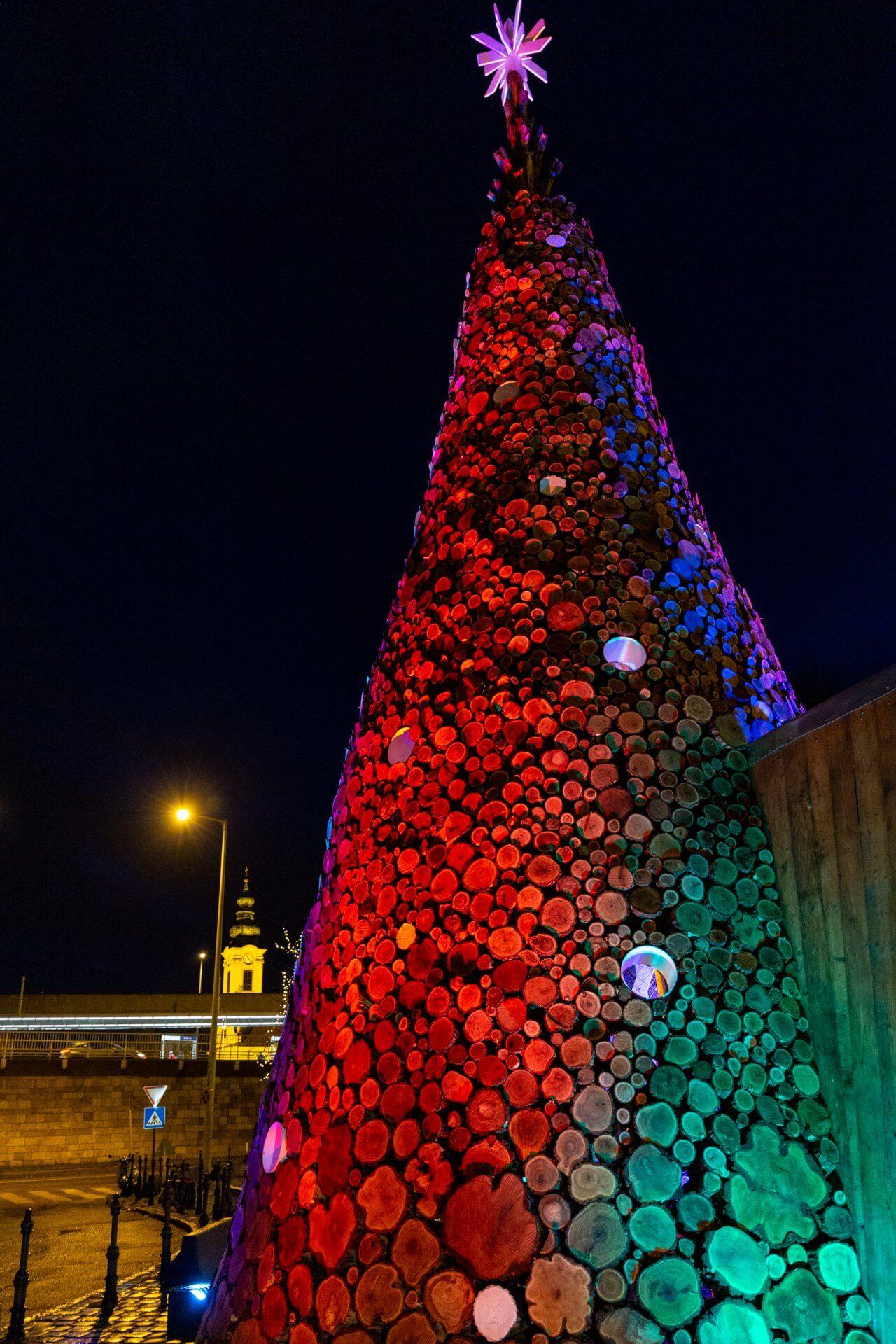 Wohltätigkeitsbaum auf dem Advent in Óbuda