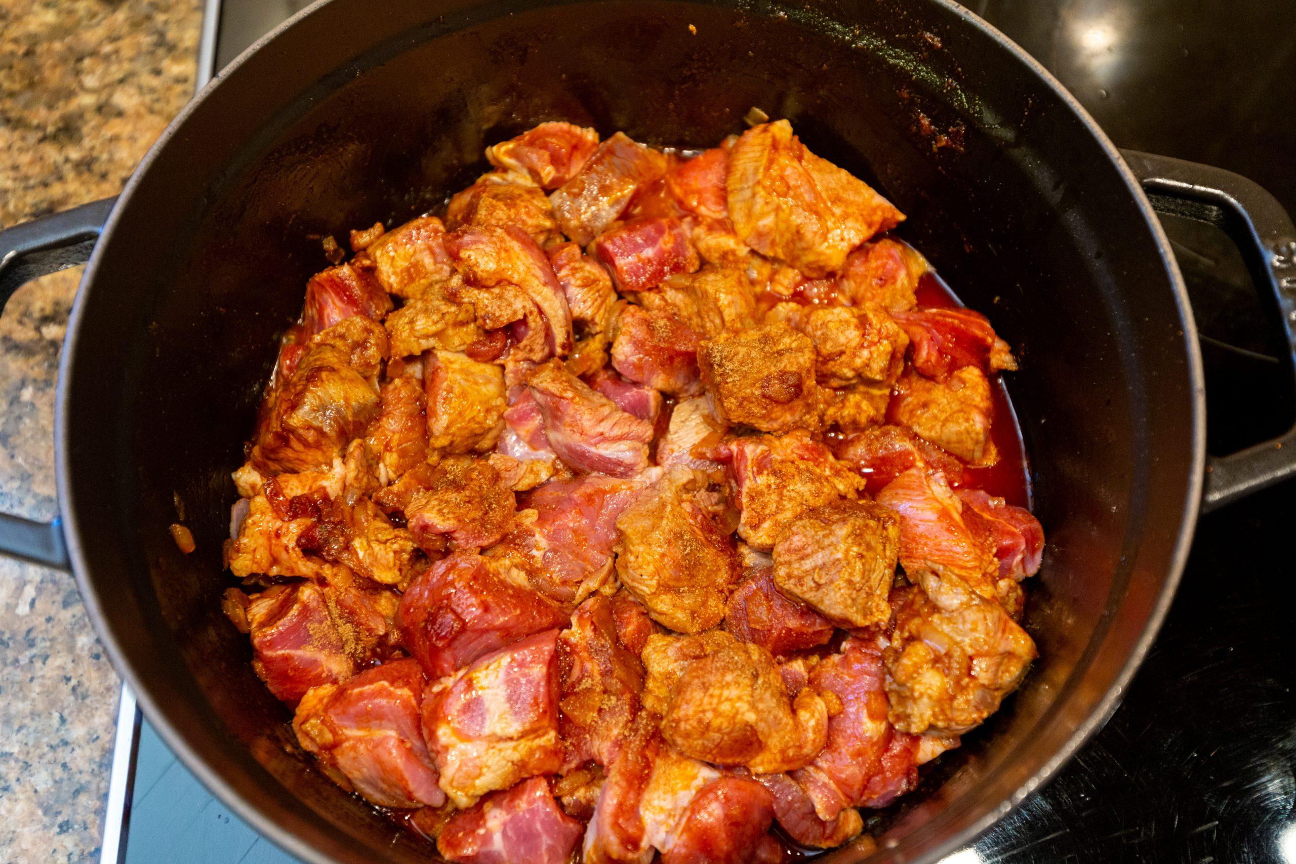 Fleisch für Szegediner Gulasch zugeben